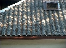 Fragment dachu budynku pokryty azbestem