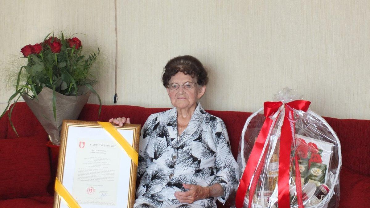 Na zdjęciu jubilatka z upominkami od Burmistrza Brodnicy