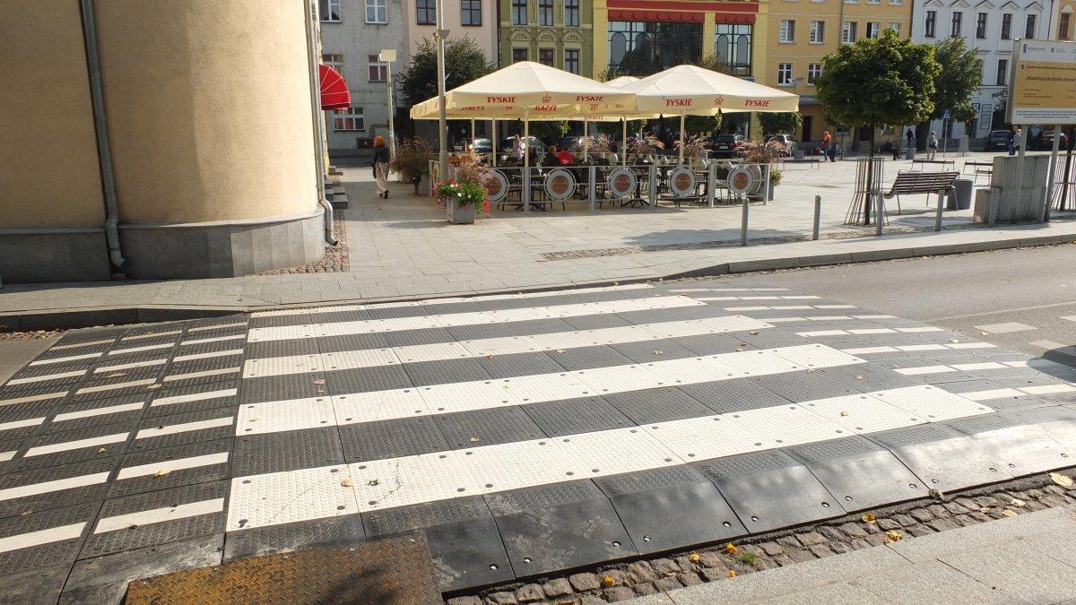 na zdjęciu próg zwalniający z przejściem dla pieszych