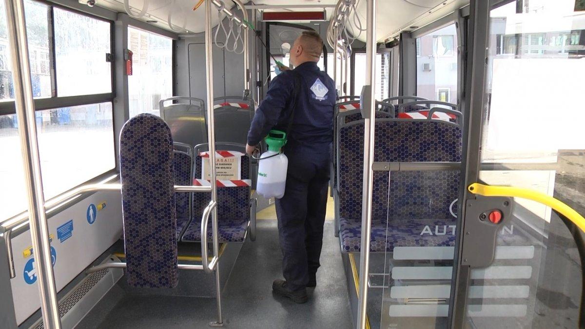 Na zdjęciu pracownik PGK dezynfekujący autobus komunikacji miejskiej.