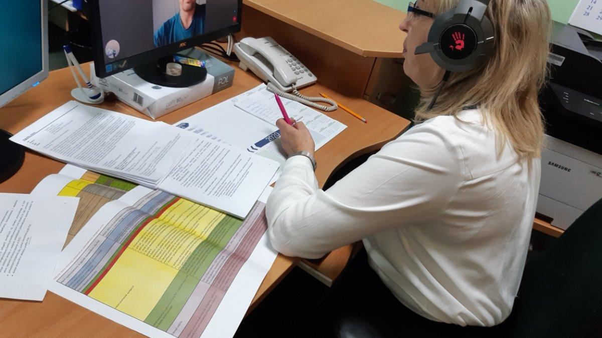na zdjęciu pracownik ZUSu podczas e-wizyty
