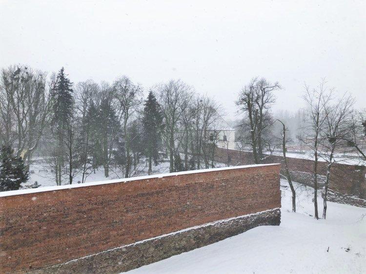 Na zdjęciu park Chopina oraz fragmenty zabytkowych murów w śnieżnej szacie.