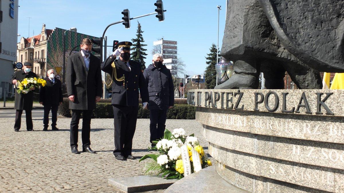 Na zdjęciu przedstawiciele Urzędu Miejskiego w Brodnicy składają kwiaty pod pomnikiem Jana Pawła II w Brodnicy