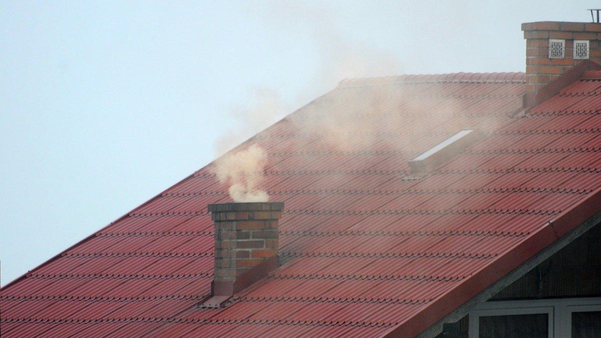 na zdjęciu: dym z komina