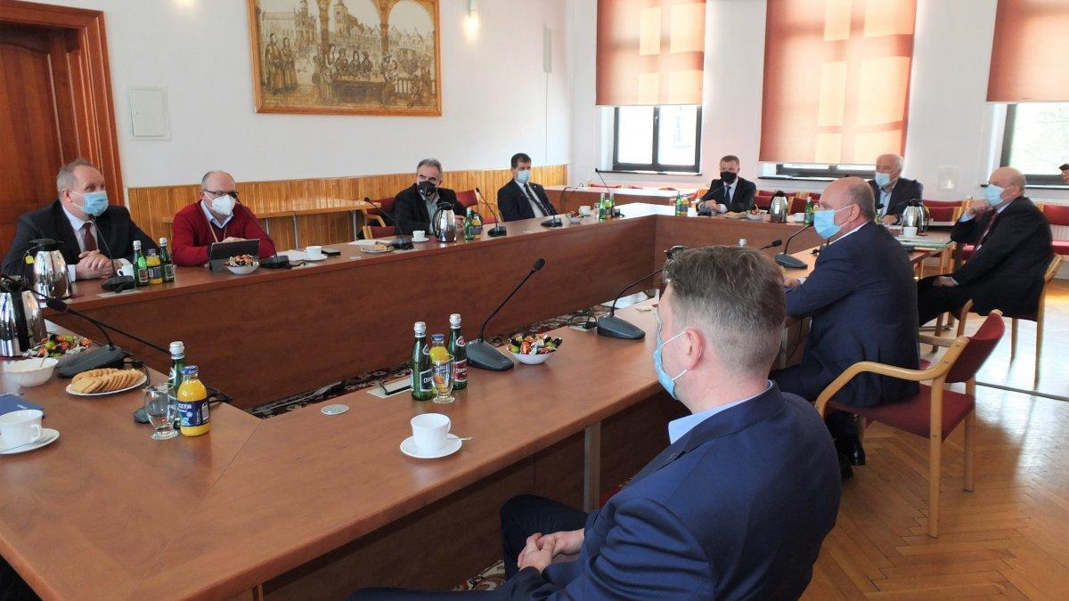 Na zdjęciu uczestnicy spotkania w sprawie budowy obwodnicy.