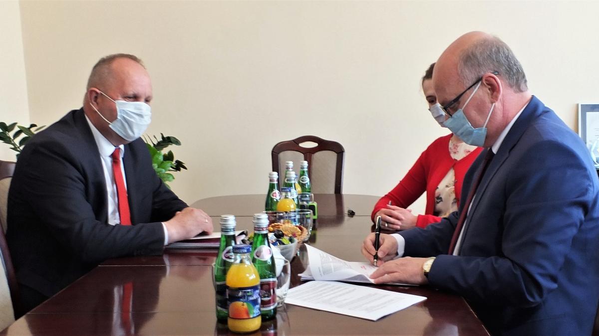 Na zdjęciu od lewej Zbigniew Sosnowski Wicemarszałek Województwa Kujawsko-Pomorskiego, Jarosław Radacz Burmistrz Brodnicy podczas podpisania umowy.