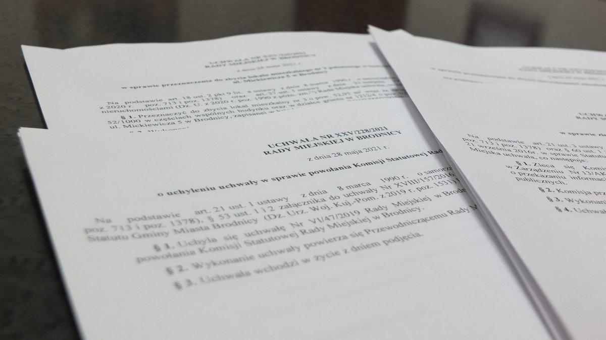 na zdjęciu: uchwały Rady Miejskiej w Brodnicy