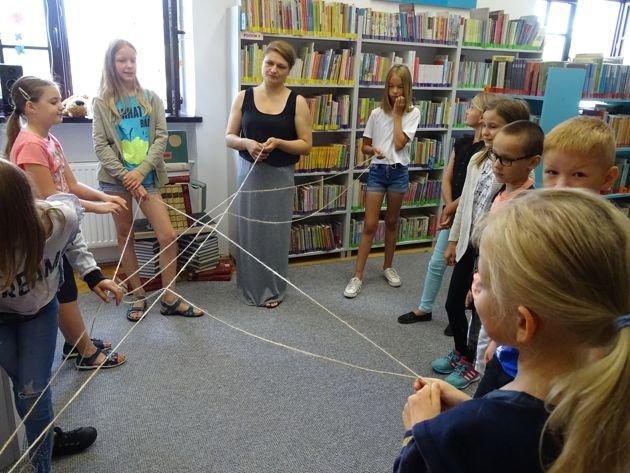na zdjęciu: dzieci podczas zajęć w bibliotece