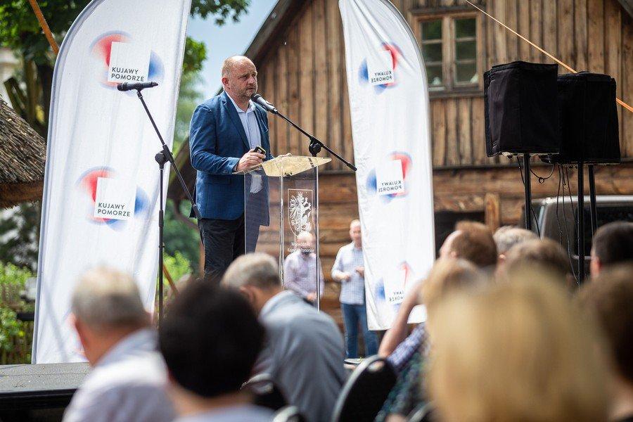 Na zdjęciu Marszałek Województwa Kujawsko - Pomorskiego Piotr Całbecki przemawiający podczas Forum Samorządowego w Toruniu.
