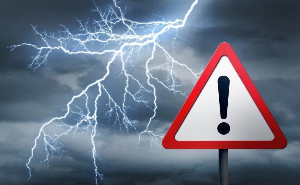 Na zdjęciu piorun i znak ostrzegawczy: Uwaga