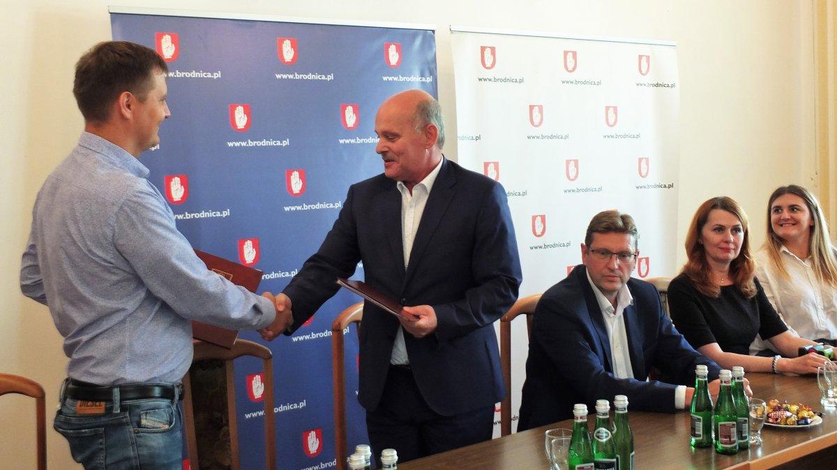na zdjęciu: Burmistrz Brodnicy Jarosław Radacz i przedstawiciel firmy Sorted Sp. z o. o. z Piaseczna