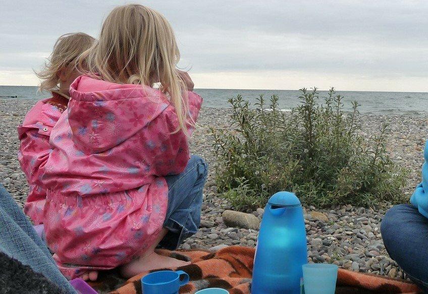 na zdjęciu: dzieci nad morzem