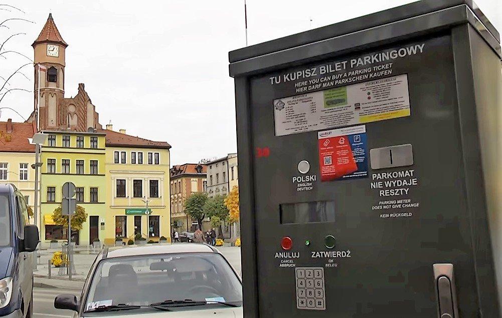 Zdjęcie przedstawia parkomat na ul. Duży Rynek w  Brodnicy
