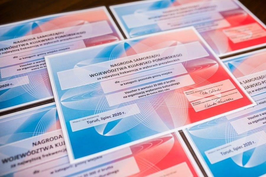 Zdjęcie przedstawia vouchery o wartości 20 tysięcy złotych za najwyższą frekwencję w wyborach.