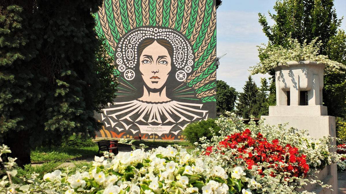 Zdjęcie przedstawia kamienicę na ul. Paderewskiego ozdobioną muralem Anny Wazówny starości brodnickiej