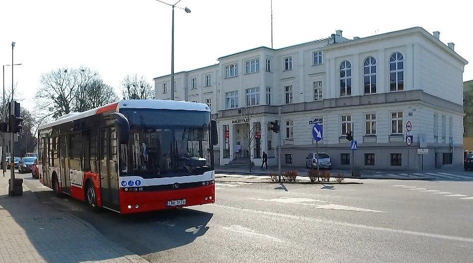 Zdjęcie przedstawia autobus miejski na ul. Kamionka