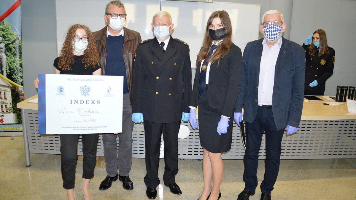 Na zdjęciu zwyciężczyni konkursu wraz z organizatorami.