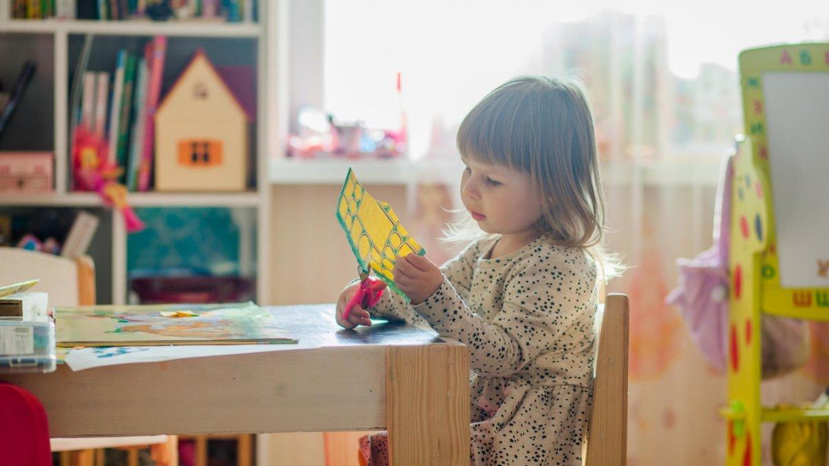 Na zdjęciu dziecko wycinające wycinankę