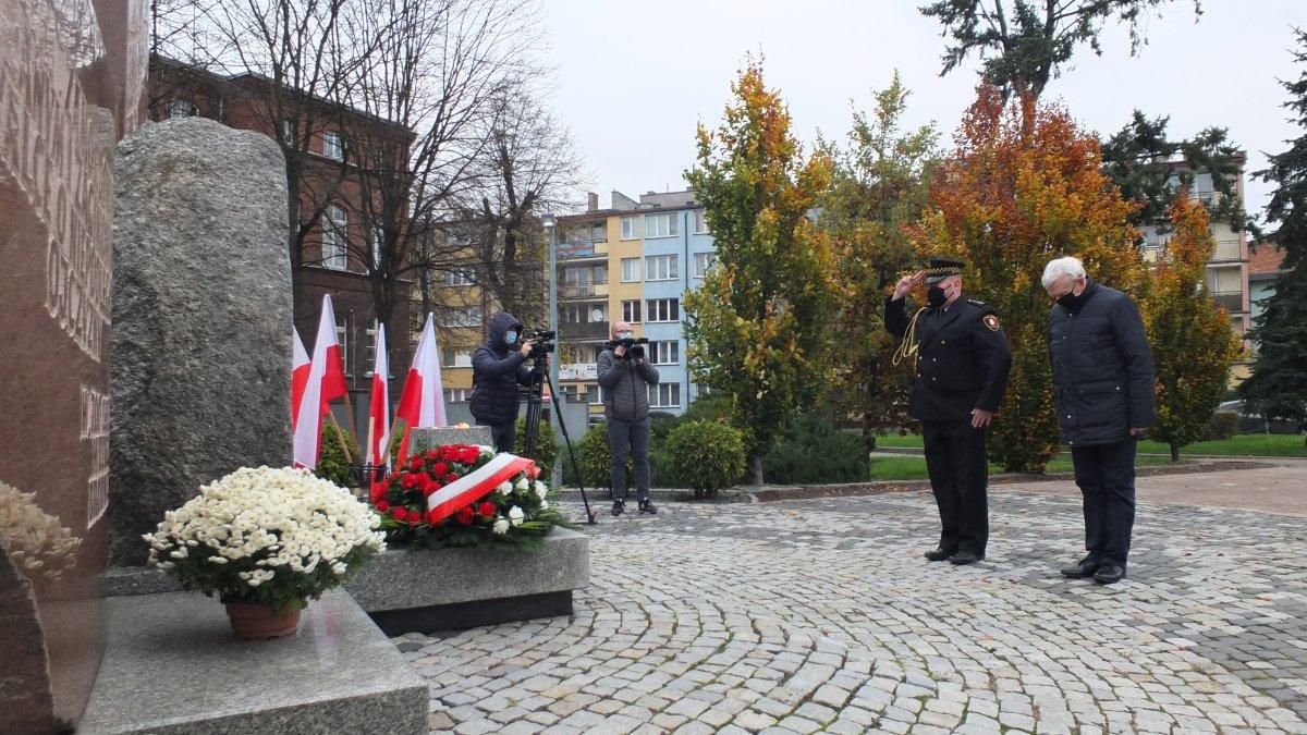 Na zdjęciu składanie kwiatów pod Pomnikiem Wdzięczności w Brodnicy przez przedstawicieli Urzędu Miejskiego w Brodnicy