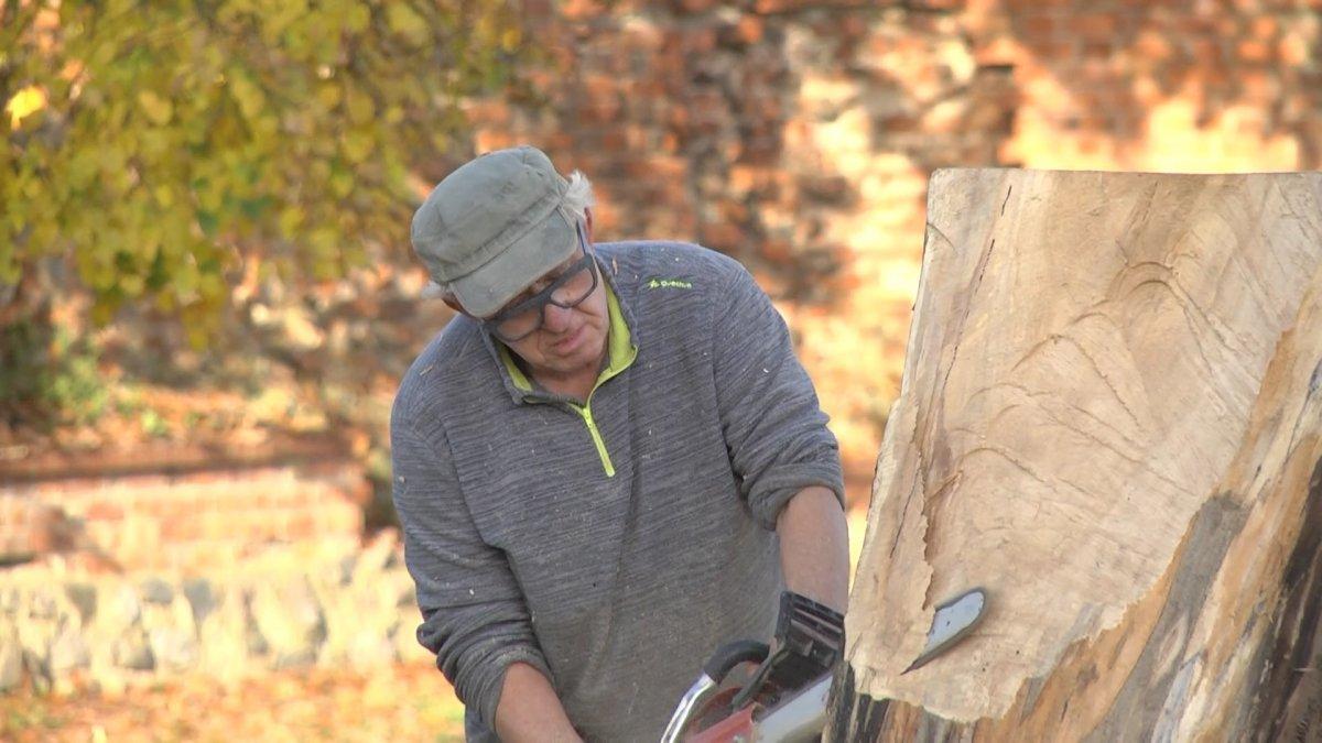 Na zdjęciu artysta rzeźbiący w drewnie.