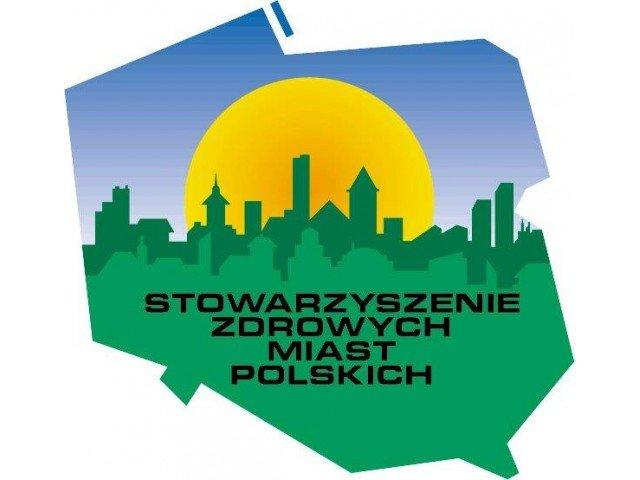 na zdjęciu logo Stowarzyszenia Zdrowych Miast Polskich