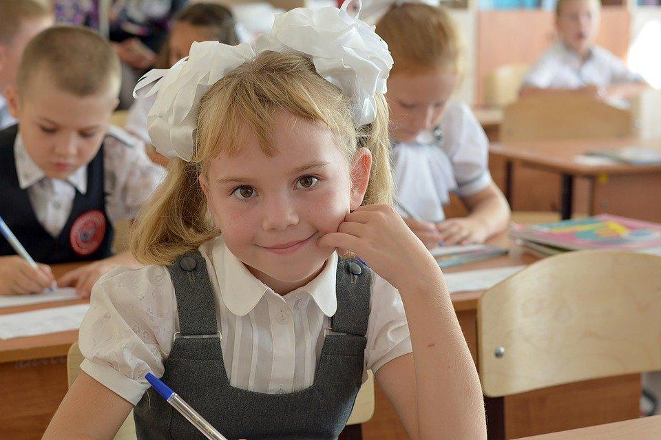 Na zdjęciu dziecko w klasie szkolnej.
