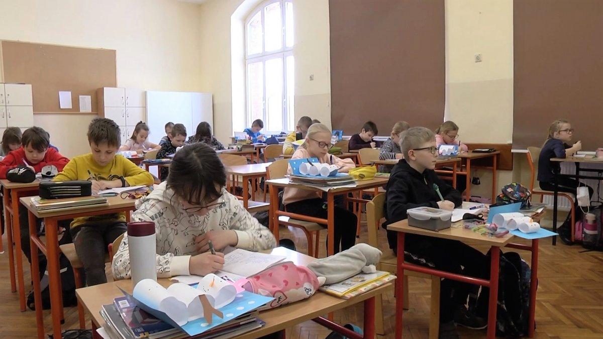 Na zdjęciu dzieci siedzące w klasie podczas lekcji