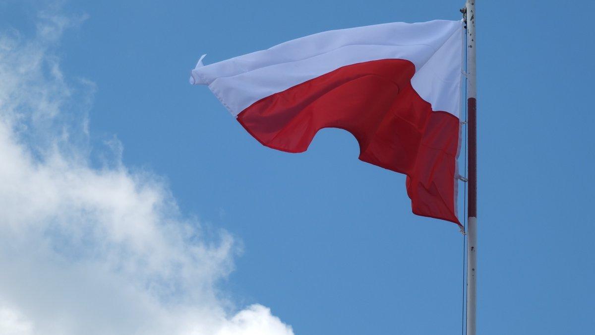 Na zdjęciu flaga narodowa.