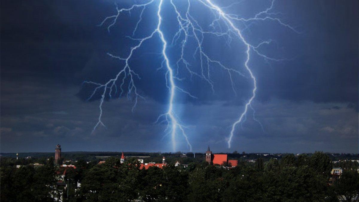 Na zdjęciu panorama Brodnicy podczas burzy
