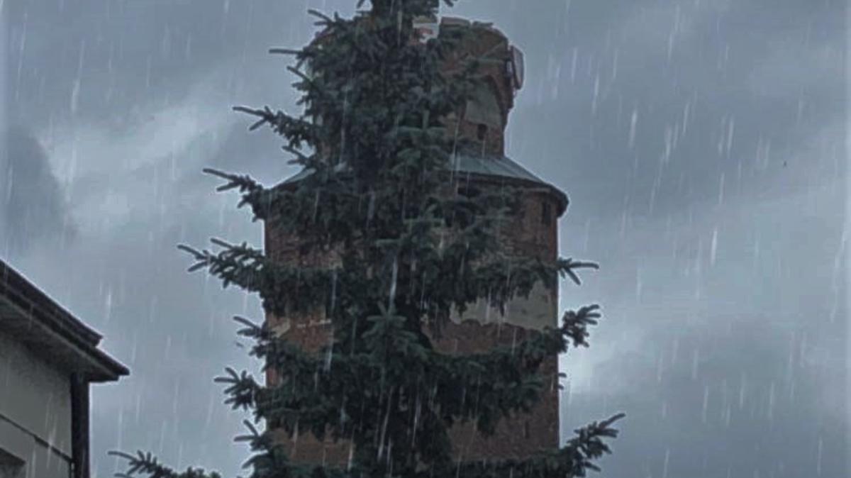 Na zdjęciu Wieża Krzyżacka podczas deszczu