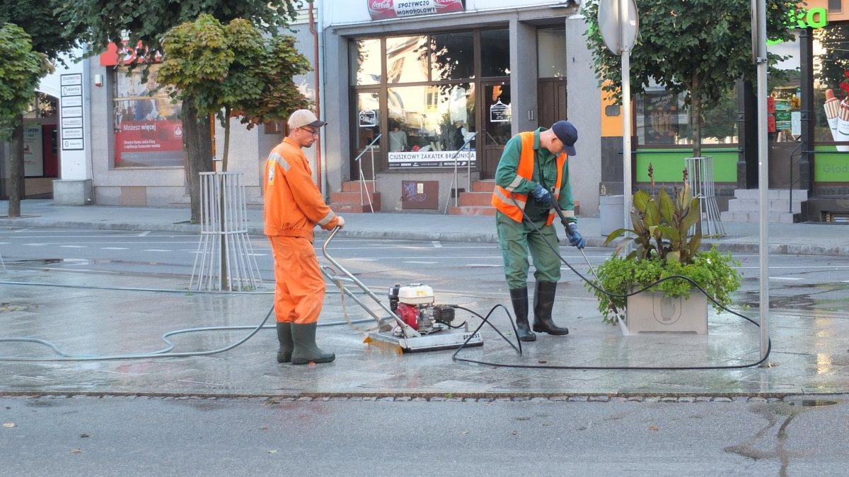 na zdjęciu: pracownicy Przedsiębiorstwa Gospodarki Komunalnej w Brodnicy podczas czyszczenia rynku